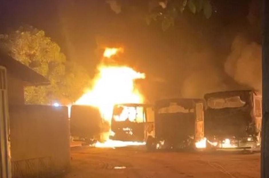 MG: Cinco ônibus e um caminhão são destruídos por incêndio no pátio da Prefeitura de Frei Inocêncio