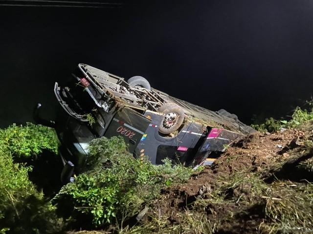 SC: Ônibus capota em ribanceira na BR-282 na cidade de Herval d' Oeste – Vídeo