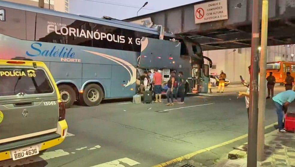 Curitiba: Ônibus da Viação Satélite Norte fica entalado na Ponte Preta