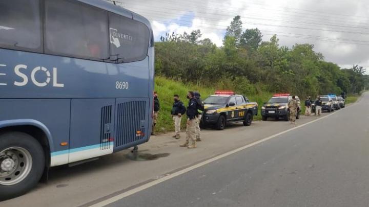 Vídeo: PRF prende bandidos que tentavam assaltar ônibus na Grande Salvador