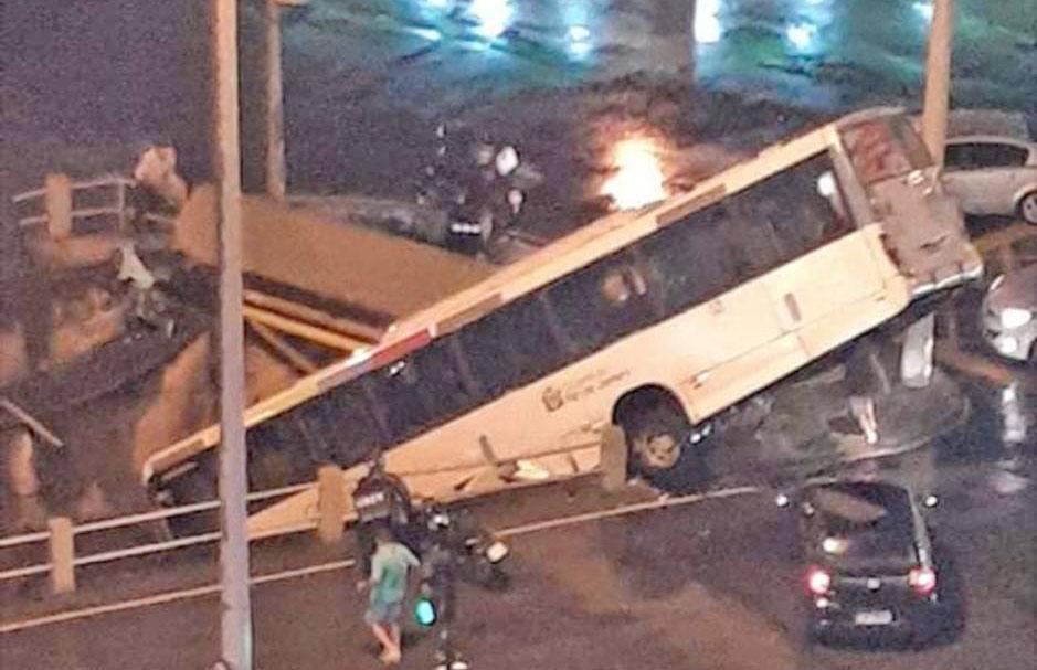 Rio: Ônibus da Viação Redentor cai no canal do Rio Maracanã – Vídeo