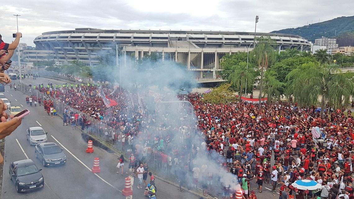 Rio: Torcedores do Flamengo realizam grande aglomeração no Maracanã esperando o ônibus da delegação