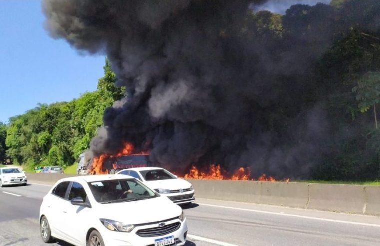 SC: PRF libera BR-101 após carreta pegar fogo e impedir o tráfego de veículos em Joinville – Vídeo
