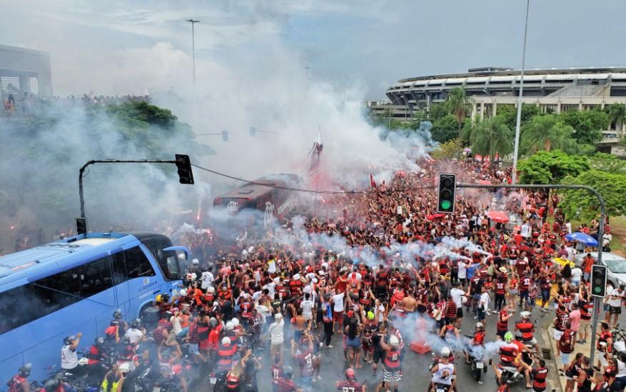 Rio: Ônibus com a delegação do Flamengo chegam ao Maracanã em meio a aglomeração de torcedores