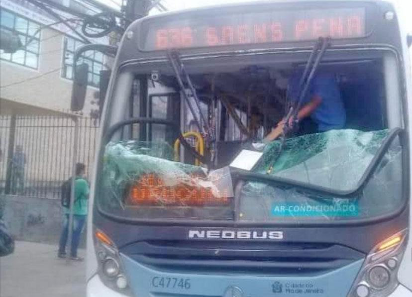 Rio: Manifestação por morte de miliciano no Campinho deixa um ônibus vandalizado