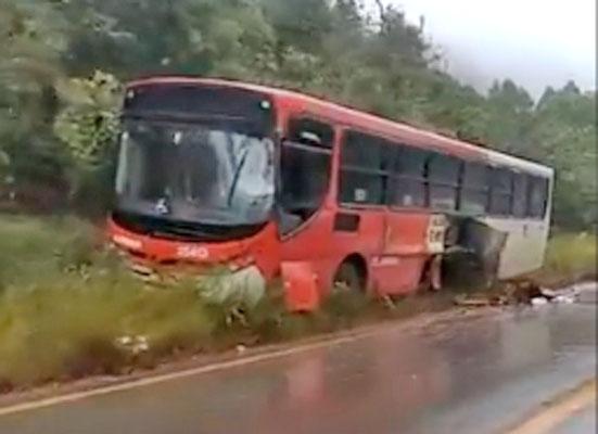 Vídeo: Acidente entre caminhão e ônibus em Caeté chama atenção neste domingo
