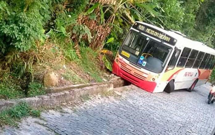 RJ: Ônibus da Petro Ita quebra roda no meio da Serra Velha de Petrópolis