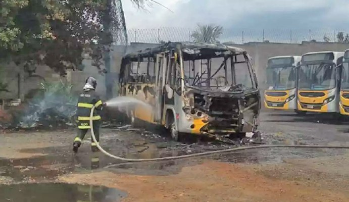 SP: Micro-ônibus pega fogo dentro da garagem da Sancetur em Americana nesta tarde