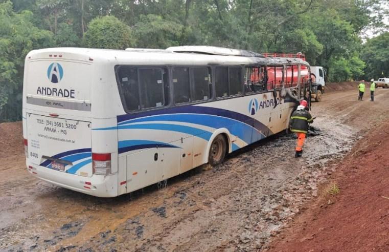 MG: ônibus fretado pega fogo em complexo industrial de Araxá