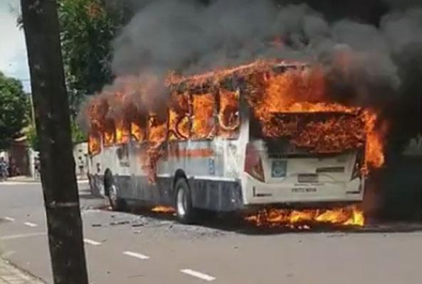 Vídeo: Ônibus é incendiado em Franca e serviço é suspenso na Vila São Sebastião