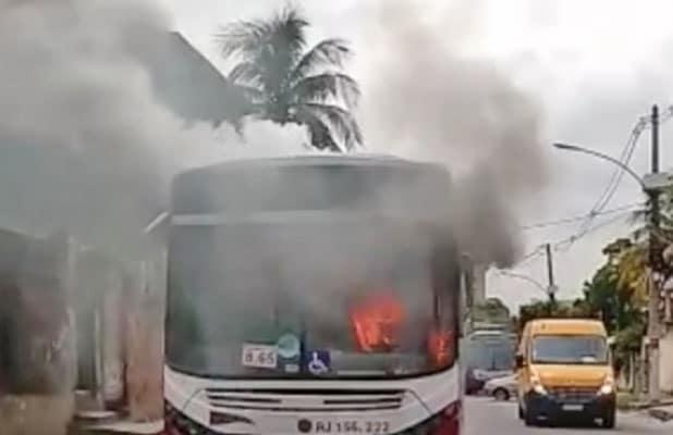 RJ: Ônibus da Transportadora Tinguá pega fogo em Nova Iguaçu nesta manhã