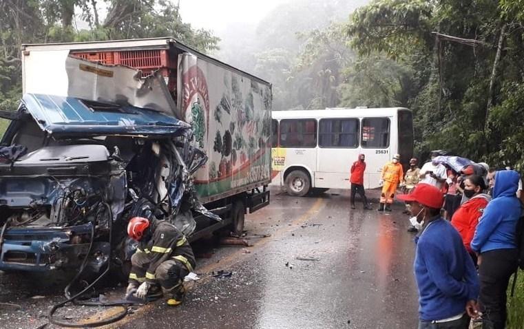 MG: Acidente entre caminhão e ônibus deixa duas pessoas feridas em Caeté
