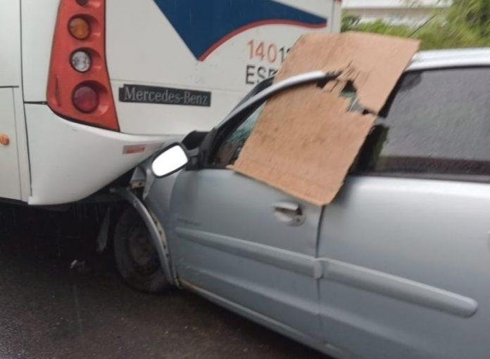 Acidente entre carro e micro-ônibus deixa um morto em Manaus