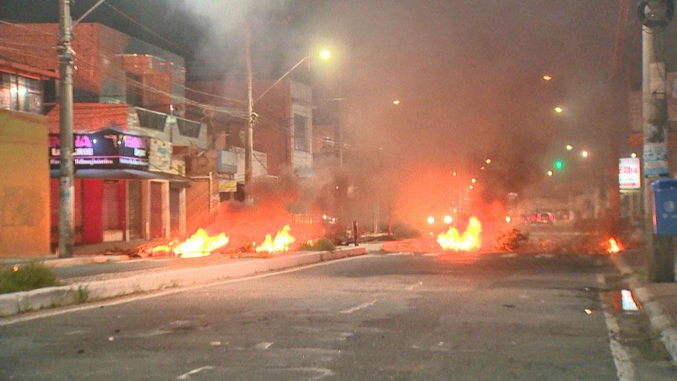 ES: Avenida acaba  bloqueada e ônibus é incendiado na Serra, após morte de jovem em confronto com a PM