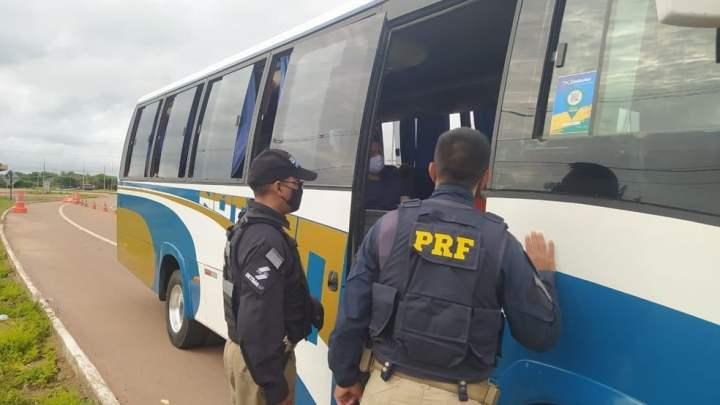 Macapá: Ação da PRF e PM flagra passageiros de ônibus sem máscara e usando tornozeleira eletrônica