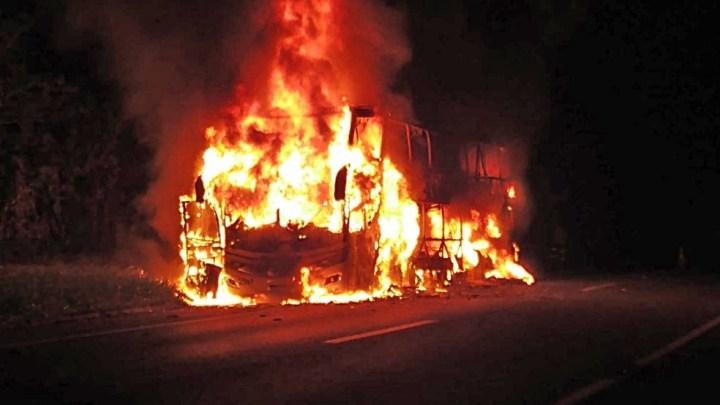 SP: Ônibus DD pega fogo na Rodovia Régis Bittencourt em Cajati