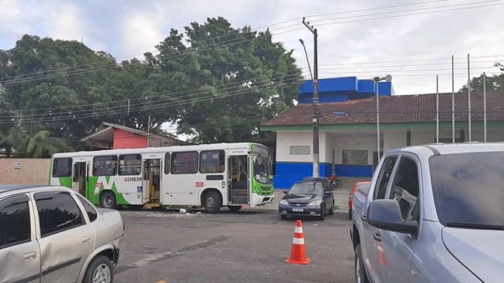 Bandido acaba baleado ao assaltar ônibus na zona norte de Manaus