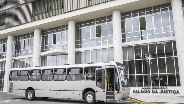 Prefeitura de Curitiba entrega ônibus para o Tribunal de Justiça do Paraná