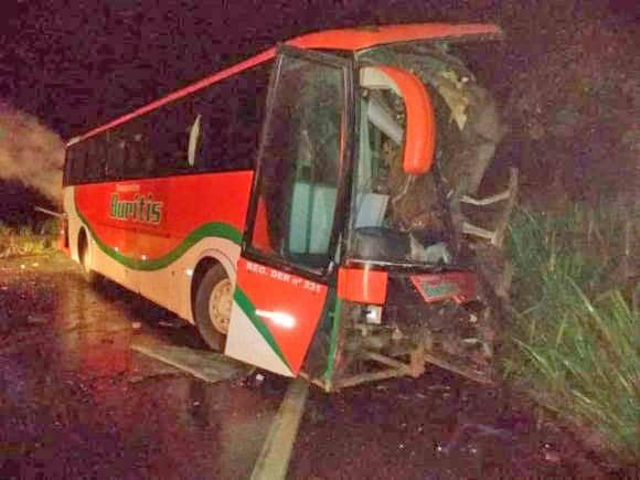 RO: Acidente entre carro ônibus e caminhão deixa um morto e três feridos na BR-364
