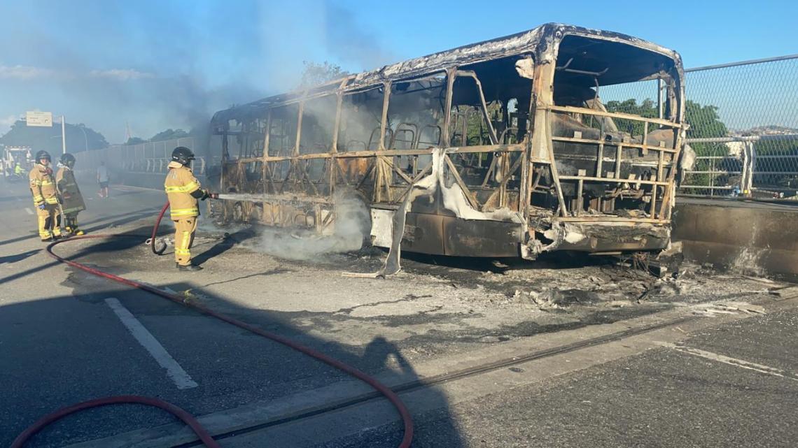 Vídeo: Ônibus pega fogo e interdita na Linha Amarela