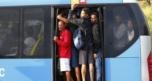 Vídeo: BRT Rio segue com superlotação, filas enormes e passageiros aglomerados nesta quarta-feira