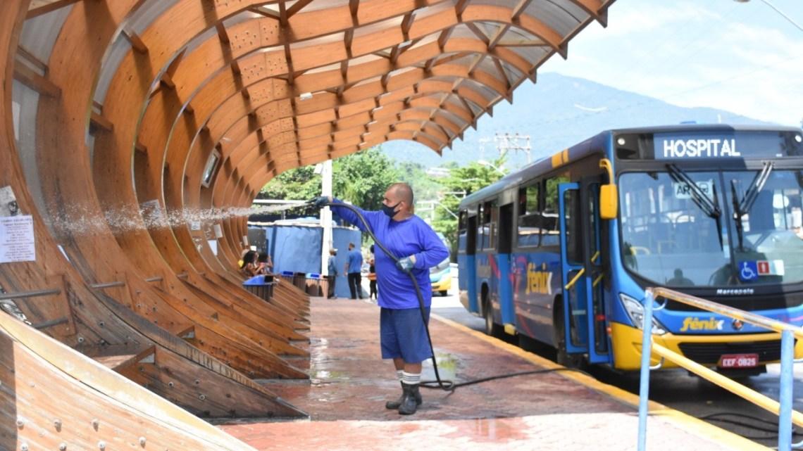 SP: Ilhabela inicia a limpeza e higienização  dos pontos de ônibus