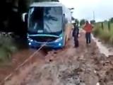 Vídeo: Passageiros passam a noite em ônibus atolados no Araguaia/MT