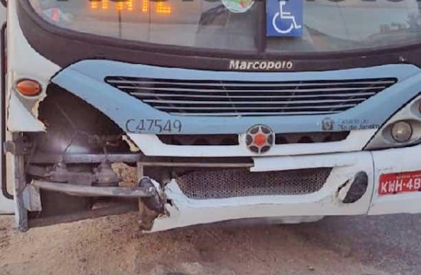 Vídeo: Ônibus da Viação Redentor arrasta carro na cidade de Deus e foge após acidente