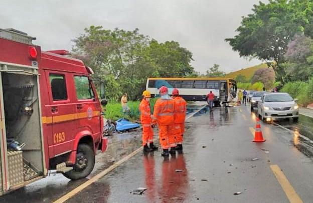 MG: Acidente entre caminhão e ônibus na BR-116, deixa dois mortos em Ubaporanga