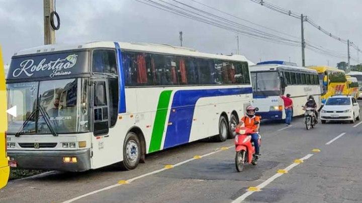 Teresina: Motoristas de ônibus de turismo realizam protesto e pedem pagamento de auxílio