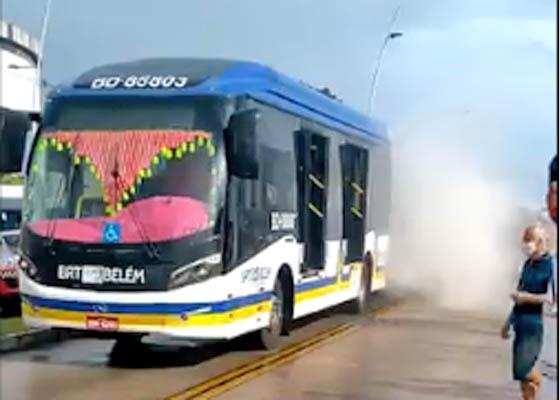 Vídeo: Ônibus do BRT Belém tem princípio de incêndio na Avenida Augusto Montenegro