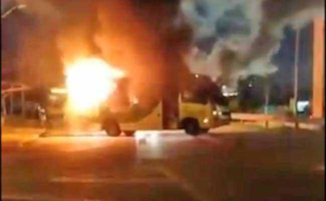 Vídeo: Micro-ônibus é incendiado na Raposo Tavares em Sorocaba nesta noite
