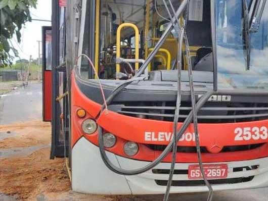 Belo Horizonte: Acidente com ônibus, faz transformador de energia cair dentro do coletivo