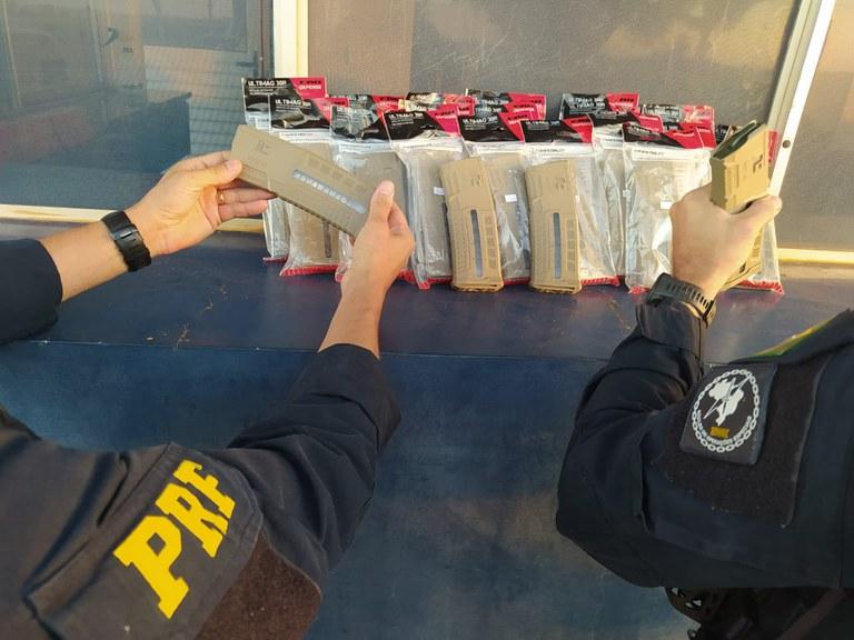 Vídeo: PRF prende homem transportando 28 carregadores de fuzil em ônibus no Paraná