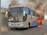 BA: Ônibus rodoviário pega fogo em Simões Filho nesta manhã