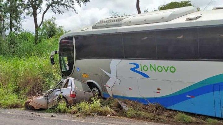 MT: Acidente entre carro e ônibus da Rio Novo deixa três mortos em Campinápolis