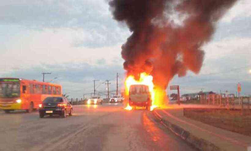 MG: Ônibus urbano acaba destruído pelo fogo em Contagem na rodovia MG-808