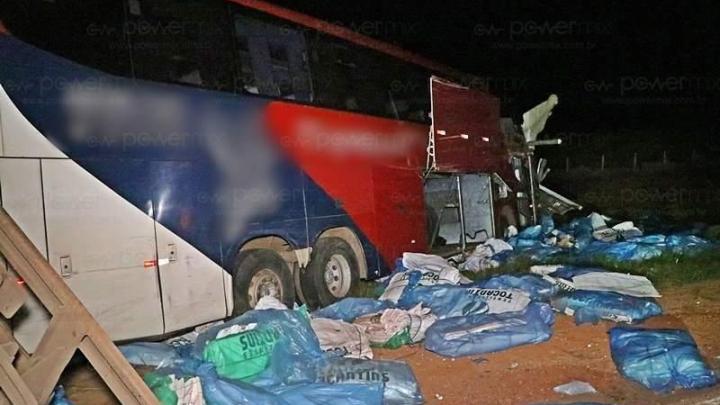 MT: Acidente entre carreta e ônibus da Expresso São Luiz deixa 2 feridos na BR-163 em Nova Mutum