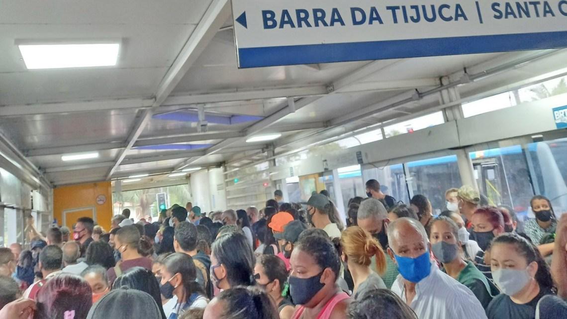 Rio: Passageiros relatam atrasos e aglomerações no BRT nesta manhã