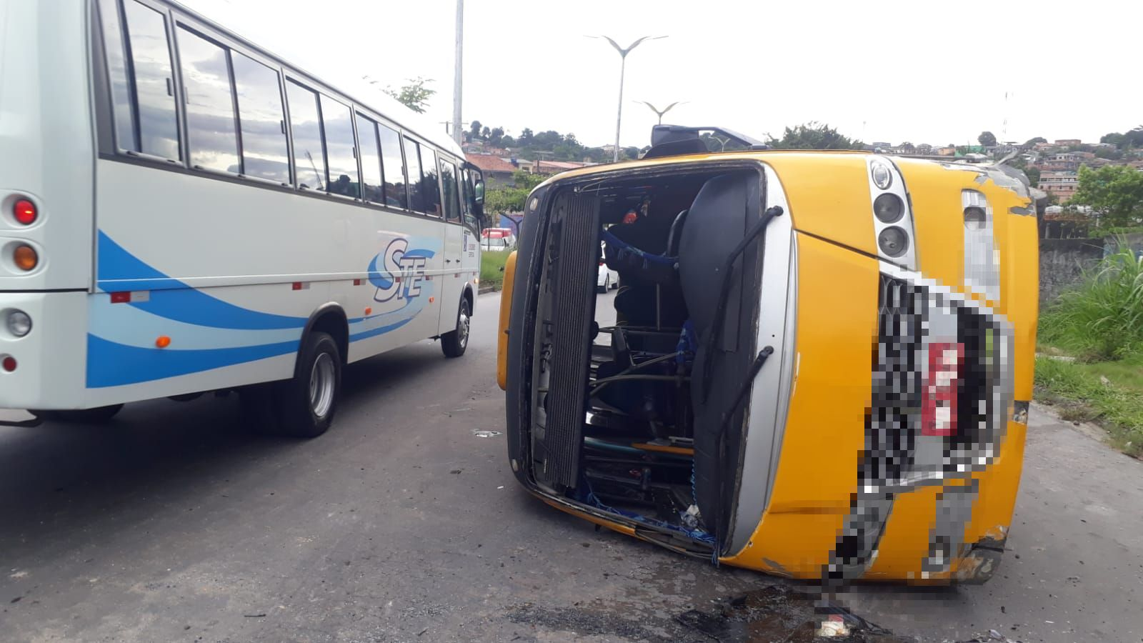 Manaus: Micro-ônibus tomba ao tentar fazer ultrapassagem em alta velocidade na Avenida Margarita – Vídeo