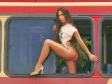Rio: Anita sensualiza em janela de ônibus urbano em novo clipe 'Girl From Rio'!