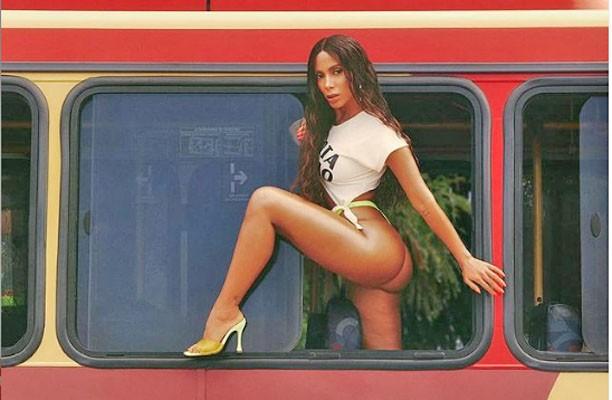 Rio: Anitta sensualiza em janela de ônibus urbano em novo clipe 'Girl From Rio'!