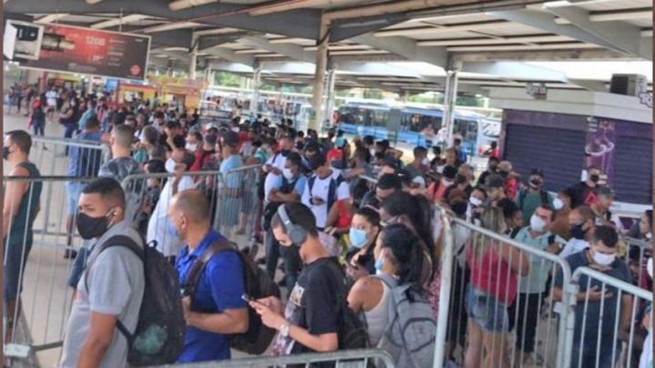 Passageiros do BRT Rio contrariam informações da Prefeitura sobre atrasos e lotações nesta quinta-feira