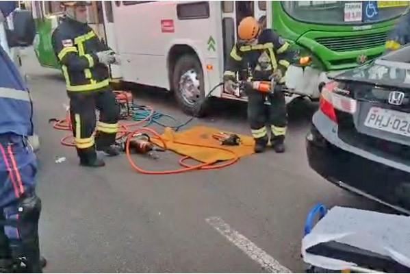Vídeo: Acidente entre carro e ônibus deixa uma pessoa ferida em Manaus neste sábado