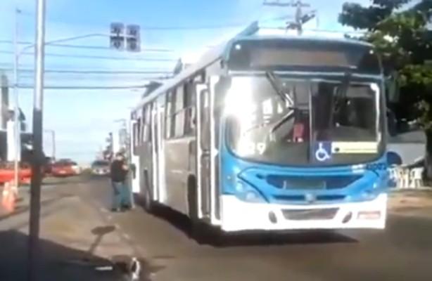 Vídeo: Ônibus da Viação São Pedro perde porta durante viagem em Manaus