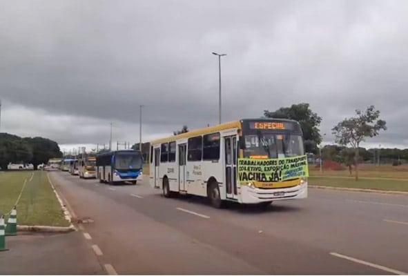 Brasília: Rodoviários realizam carreata na Esplanada dos Ministérios por vacina contra Covid-19