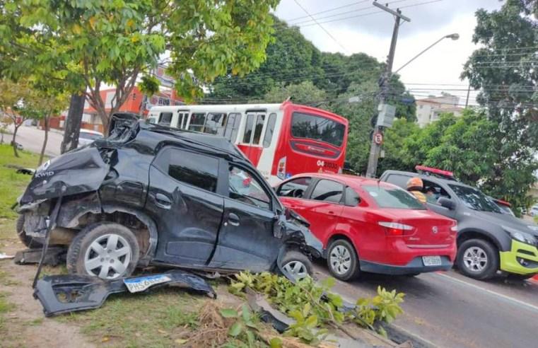 Manaus: Acidente entre carro e ônibus deixa um ferido na Avenida Max Teixeira