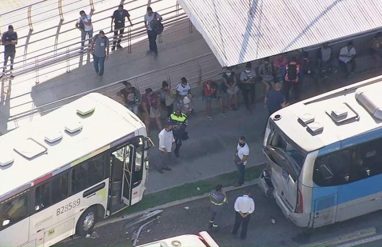 Vídeo: Acidente com dois ônibus deixa 18 feridos na Zona Oeste do Rio nesta manhã