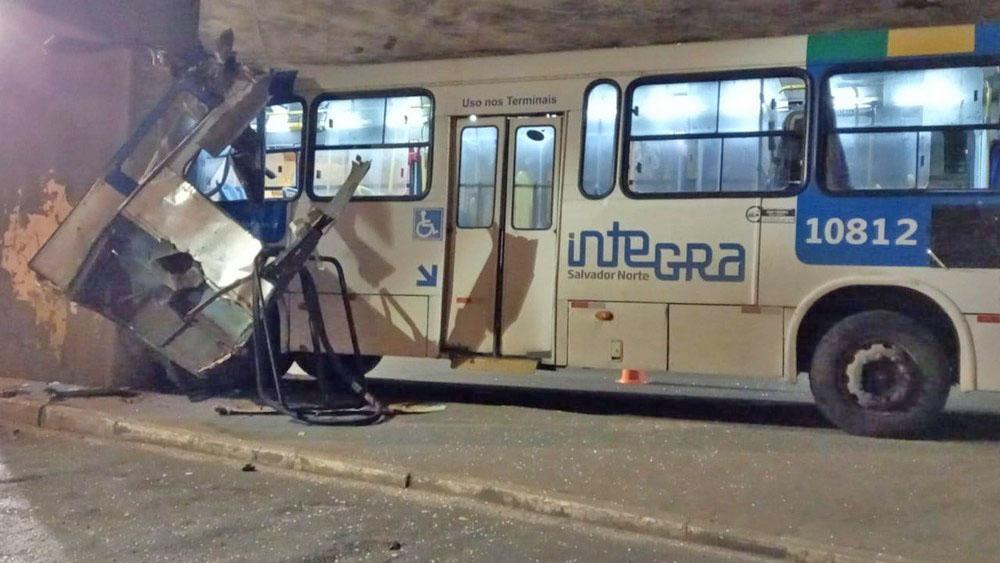 Salvador: Ônibus da CSN fica destruído após acidente próximo da Estação Lapa