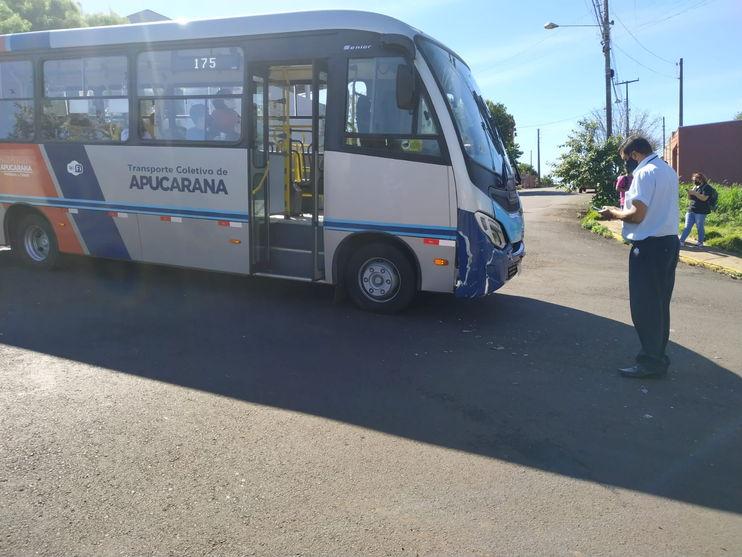 Vídeo: Acidente entre micro-ônibus e carro de passeio em Apucarana deixa uma pessoa ferida